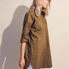 Oversize skjorte, brugt få gange. Haves i både Army grøn og beige. Kan afhentes på Nørrebro eller sendes mod betaling fra køber.