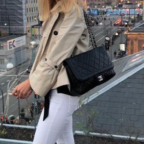 Sælger min smukke jumbo Chanel taske. Fremstår næsten som ny og er ikke blevet brugt særlig meget. Kan ses og afhentes på Frederiksberg. Nypris 35.000kr.