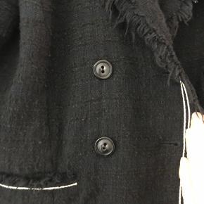Super smuk og kvalitets blazer Chanel style i strik boucle Sort med hvide syninger Rå kanter  Brugt to gange