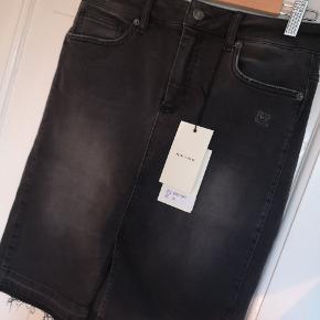 Denim nederdel i flot sort grå vask. Masser af stræk som sikrer en flot pasform. Aldrig brugt. Har stadig prismærke på. Nypris 1400.  Kæber betaler fragt.