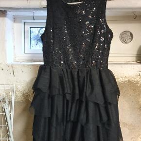 Fin kjole med til og pailletter, brugt 1 gang