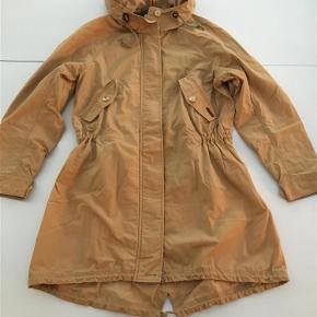 Varetype: Smart ny overgangsjakke Farve: Sand Oprindelig købspris: 1500 kr.  Forsendelse med DAO  Jakken kan lukkes både med lynlås og knapper. Mål under ærmer: 2 x 54 cm