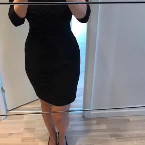 Varetype: kjole Farve: Sort Oprindelig købspris: 1599 kr.  Super smuk kjole sælges. De fremhæver taljen. Der står P4 i dem, men vil mene de er S.( bruger selv S, og de passer perfekt) Jeg kan kontaktes på 42422704. Bor tæt på Nordhavn st. Kan sendes med GLS ved forudbetaling + Porto ca 49