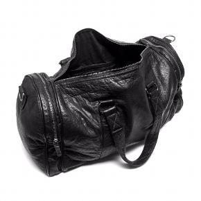 Stor weekend taske i blød og vasket skindkvalitet. Tasken kan også anvendes som sports taske da den er rummelig og er en unisex model. Grundet den vaskede skindkvalitet får tasken et tidsløst og vintage agtigt look. Weekendtasken er dekoreret med to lynlås lomme i hver side.  - Indvendigt: Tasken har et stort primært rum med masser plads til det nødvendige til en weekend getaway, som håndbagabe eller til dit træningsudstyr. Derudover er der en lynlås lomme til de mindre ting og to små åbne mobillommer - Lang aftagelig og justerbar crossbody red medfølger - 100% skind - H: 29 x W: 54 x D: 18 cm