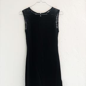 Jeg sælger denne sorte kjole med blonde ærmer - super fin og klassisk :-)  Brugt få gange, og fremstår som ny.   Passer en størrelse XS/S :-)