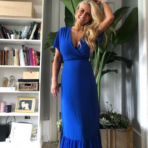 Helt ny, gulvlang blå kjole med de fineste detaljer 💫