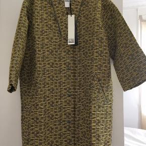 Helt ny super smart mønstret frakke, jakke fra aj 117 project.  Den er i farverne, gul, sort, brun, grå    Den er egentlig str  36 men jeg bruger 38 og passer den fint, så synes at den er lidt stor i str.