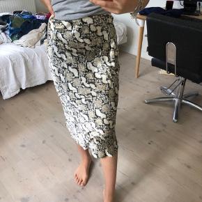 Sælger denne her nederdel fra H&M, den er i en str XS, men passes også af en str S! Den er helt ny, aldrig brugt:) nyprisen er 129kr