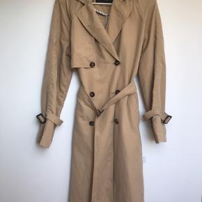 Super fin jakke i beige/sandfarve - god stand. Brugt 2 gange. 450 for ny