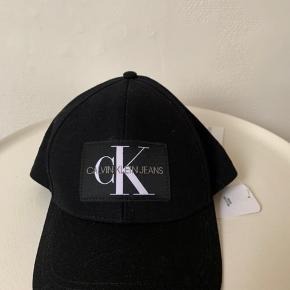 Sort unisex cap fra CK med regulerbar rem bagpå. Nypris 330,- og sælges for 1/2 pris plus Porto.