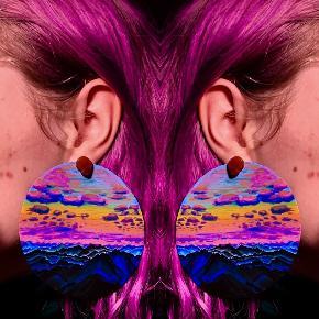 🌺 Custommade kunst øreringe 🌺 Jeg laver disse øreringe i alle ønskede størrelser, med alle ønskede motiver.  De er lavet af 2 mm tyk plastik og derfor helt lette at have i ørene, men stadig holdbare. Perfekt som personlig gave.  - Maksimal størrelse er 12 cm i diameter (ses på billede nr 1) :  400 kr Per sæt  - 5 cm i diameter (billede nr 2) : 200 kr Per sæt  - 2 cm i diameter : 100 kr  *Ørestikker følger ikke med, da der er et lille hul i hver ørering til at sætte sin egen personlige ørestik i*