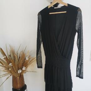 Smart party kjole fra Gestuz 🥂🖤💃🏼 Flot nedringning og gennemsigtige ærmer. Sidder super flot. Har haft den på 1 gang. Str xs.
