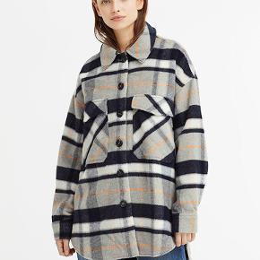 - Fin ternet overgangsjakke (jeg brugte den også lidt til de varme vinterdage)  - lommer foran  - lidt oversize, kan også passes af en L