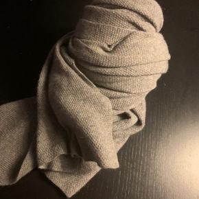 Smukt stort aflangt tørklæde i 100% cashmere   Nypris var omkring 1000, sælges for 300 pp