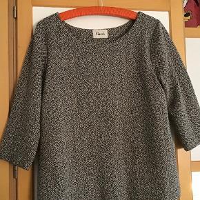 Lækker blød kjole. Underdelen er en forlængelse af foret. Poly, bomuld, elasthane. Måler fra ærmegab til ærmegab 52 cm. Længden 91 cm.