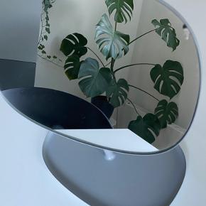 Fineste spejl fra Normann Copenhagen i en flot grå farve - modtog spejlet med en fejl, men det er ikke noget man kan mærke og derudover genere det slet ikke🤍