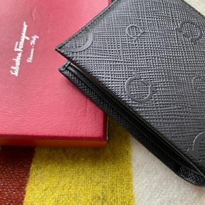 Udgået limitid edition sort kalveskinds pung fra Ferragamo. Har aldrig været brugt.