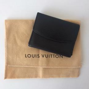 Louis Vuitton pung. Dustbag haves. Pungen er oprindeligt rød, men farvet hos professionel. Pungen kan afhentes i Nørresundby eller sendes mod betaling. Ønskes handlen via Tradono betaler køber gebyr.