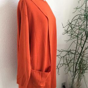Oversize strik tunika i blød 100% merino uld. Længde 80 cm Overvidde 68 cm