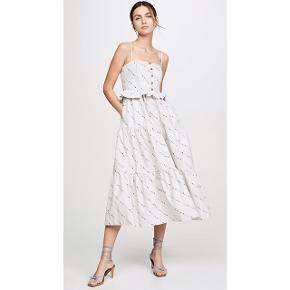 Sælger denne overdådige sommerkjole fra Ganni. Str 36. Ny pris var 1600,-. Den falder så smukt på, den strutter og har skjulte lommer - what's not to like?😉, den perfekte sommerkjole 🍹🌅☀️. 100% bomuld, str tilsvarende (jeg bruger 36-38 og passer den). Man kan droppe bh'en grundet den fine corset facon ved brystet.  Været på én gang i få timer, standen er som ny. #trendsalesfund