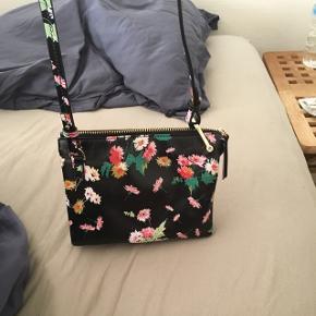Super fin blomstret taske i skind. Brugt to gange og kostede 500-600 fra ny.