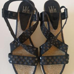 Skønne lette sandaler med elastiske remme og kilehæl fra Billi Bi, str. 40 i farven sort. Fantastisk pasform og god komfort. De sidder godt og sikkert på foden. De har kun været på enkelte gange og de fremstår i rigtig pæn stand.