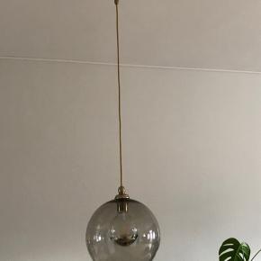Ikea glaspendel inkl. pære og ophæng. Kun brugt et par måneder.
