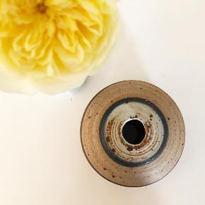 Fantastisk lille keramik-vase, h: 6 cm, b: 10 cm.  - sender gerne ved samlet køb på min. 100 kr. 🤗