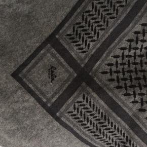 Triangle trinity classic str. L.  i 100% cashmere. Farven er den klassiske elefant grå, altså ikke det helt mørkegrå eller det helt lyse. Kan bruges som både tørklæde og skal pga tørklædets størrelse. BEMÆRK: hul på ca. 7 mm i den ene ende. Ikke trekantens nederste hjørne men en af siderne. Fremstår ellers i pæn stand. Tørklædet er ca. 1 år gammelt.