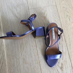 Helt nye og aldrig brugte sandaler med lille hæl i størrelse 38.