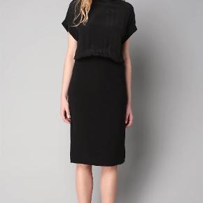 Varetype: Bodycon Farve: Sort Oprindelig købspris: 2800 kr.  Sort kjole. Style Lacrima. Øverste del er i 100% silke. Nederst polyester/viskose/elastan.   Bud fra 1000kr plus porto (og gebyr ved ts handel)   Bytter ikke.