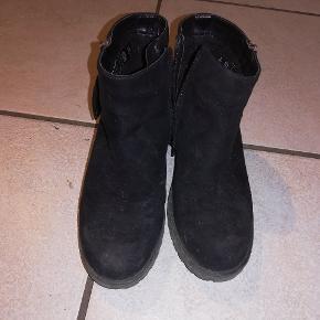 Super flotte sko/støvler som er meget sparsomt brugt og derfor stadig fremstår rigtig pæne