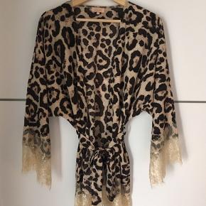 Den smukkeste Leo kimono med blondedetaljer fra Buch 🌸😍 Str. S/M  Aldrig brugt Fås ikke længere, gammel kollektion.