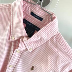 Ralph Lauren skjorte (lyserød/hvid stribet) Passer en xs eller small. Den er helt som ny ☺️ byd!