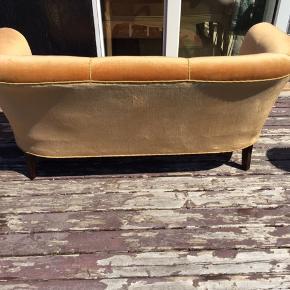 En ældre to personers Velur stof sofa. Skal afhentes