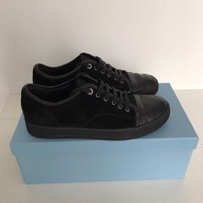 Lanvin Sneakers 🎩 Størrelse 42EU / 8 UK Sort ⚫️ Fin stand, dog lidt kradset på tåen. (Ses ikke på) ✔️  Forespørgsler på mere information eller flere billeder er meget velkomne.