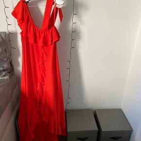 Den smukkeste Ganni kjole med de fineste detaljer sælges! Den står som aldrig brugt da jeg kun har brugt den til en reception og den har været til rens efterfølgende 😊 der er intet slid, ingen mærker eller noget på den 😊 flere billeder kan sendes 😊 båndet på skulderen bindes selv, så det kan justeres