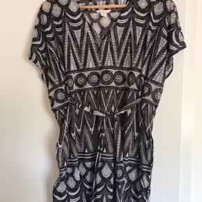 Rigtig fin strandkjole fra H&M der kan bindes i taljen.