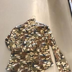 Lækker kort blazer med army mønster og farver. Lidt længere bagpå og med fin detalje (se billede) Fremstår i fin stand.