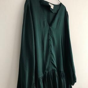 Fejlkøb, passede alligevel ikke til festen.  Grøn skinnende kjole fra Neo Noir i Str. M.  Falder let og elegant.