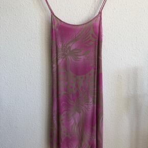Let kjole med justerbare stropper Syntes at den passer str m