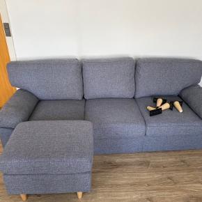 Sofa og puf fra jysk. Købt sidste år, men fremstår som ny da sofaen og puffen har stået i et rum, som ikke er blevet brugt. Ingen skrammer, pletter el. lignende.  Benene er taget af under flytning og er ikke sat på igen da sofaen ikke bruges.   Sofa nypris 3500 kr.  Puf nypris 800 kr.  sælges samlet for 2500 kr.   Sofa mål: Bredde: 210 cm, Højde: 85 cm, Dybde: 84 cm Puf mål: Bredde: 61 cm, Højde: 47 cm, Dybde: 46 cm