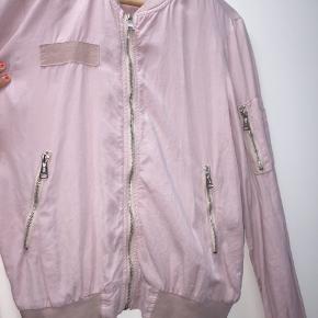 Sød tynd lyserød jakke sælges, fejler intet udover farven på lynlåsen (ses på sidste billede)  Byd Byd Byd Bytter også
