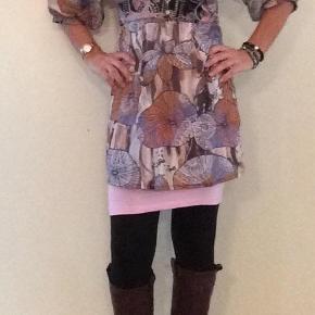 Rigtig flot tunika kjole med rigtig mange flotte detaljer og farver. Mig den evt med en lang top eller underkjole i en anden farve evt kontrast farve for at give den et andet udtryk. Super lækker og dejlig at have på😃 Porto er fiktiv. Se oz alle mine andre annoncer😃  Smuk tunika kjole str. S Farve: Mange, flere, multi Oprindelig købspris: 499 kr.
