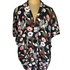 Acapulco floral print kimono jacket. 2 side pockets, length 76cm Size 38