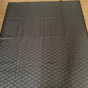 Sælger dette fine sengetæppe fra Hay - 220 x 260, da det er for stort til min seng, og derfor ikke bliver brugt...   Foretrækker afhentning på Østerbro, men kan også sendes. Køber betaler porto.