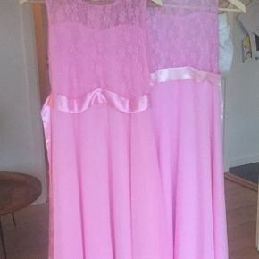 Super søde brudepige kjoler ca svarende til str 140 og 152. Brugt en gang  og derfor helt som nye.  150 pr stk