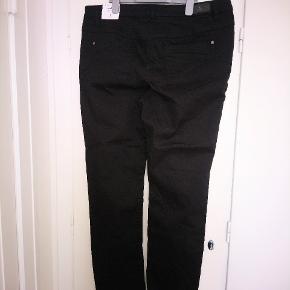 Virkelig lækre stretch jeans. STR. 46/82 Model: Madeline slim fit - form cut waist. Udv. Længde (fra talje til god) 107 cm indv. Længde 78(fra skridt til fod) 95% VISCOSE OG 5% ELASTAN. BYTTER IKKE!