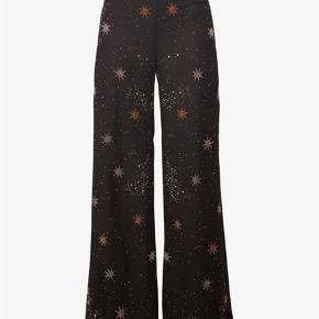 Varetype: Højtaljede vidde bukser med guld stjerner Malin pants  Størrelse: xs/s  Farve: sort guld  Oprindelig købspris: 2200kr