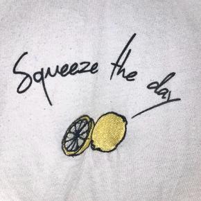 Stort set ikke brugt T shirt med SQUEEZE THE DAY sødt broderi på🍋🍋